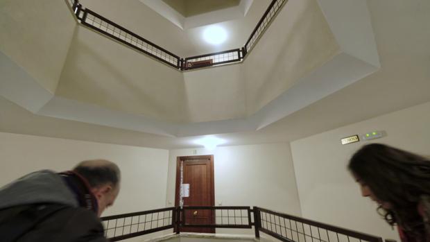 Imagen del portal donde vivía la madre del presunto parricida de Valladolid detenido en Benidorm