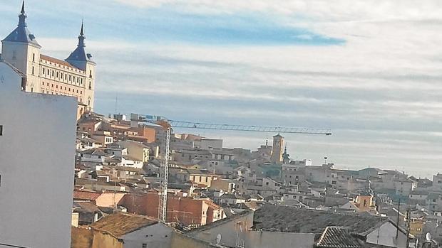 Una enorme grúa sobresale entre los tejados del Casco Histórico de Toledo, donde la actividad constructora llevaba años casi paralizada