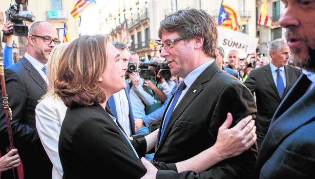 Colau y Puigdemont, en un acto en la plaza Sant Jaume