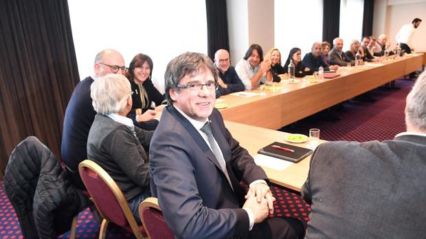 Puigdemont, con diputados de Junts per Catalunya en el President Park Hotel de Bruselas