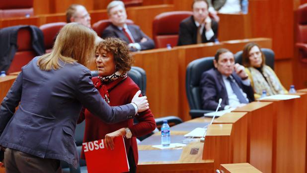 Pablo Fernández (Podemos) saluda a la socialista Mercedes Martín. Al fondo, el consejero de Sanidad, Antonio Sáez