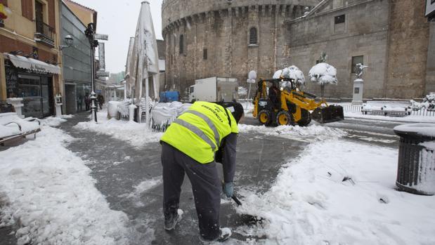 Trabajos para quitar la nieve en Ávila
