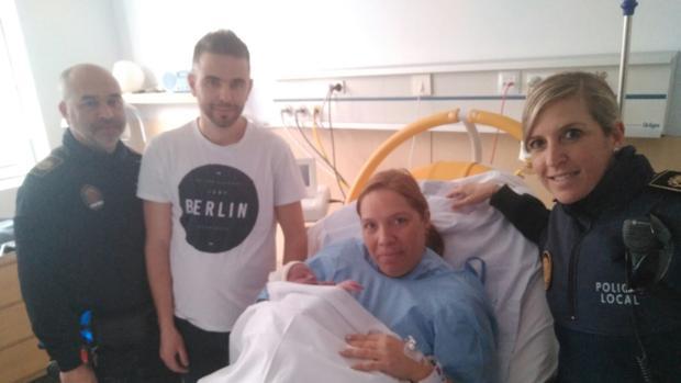 Imagen de la madre junto a su recién nacido en el hospital de Elche