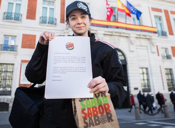 La repartidora de Burger King, a su llegada a la Real Casa de Correos