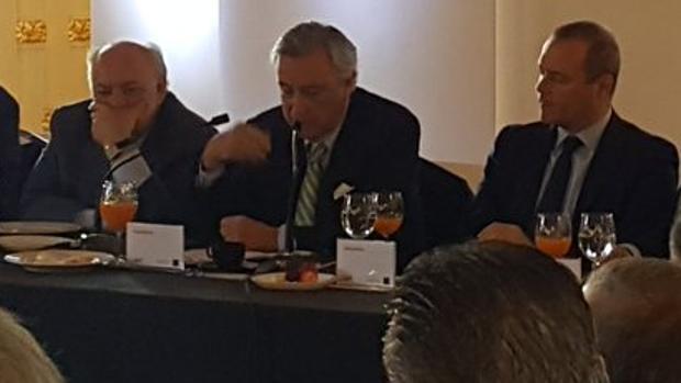 Mario Rodríguez, Dezcallar y, el alcalde de Las Palmas, de soslayo, leyendo las notas del exdirector del CNI