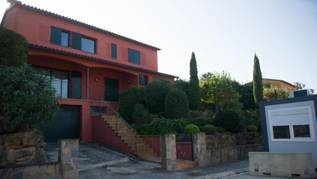 Vista de la vivienda de Carles Puigdemont en la urbanización Girona Golf de Sant Julià de Ramis (Gerona), con la garita de vigilancia de los Mossos a la derecha
