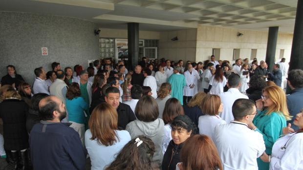 Concentración de sanitarios en el Hospital de La Línea tras el asalto de veinte encapuchados