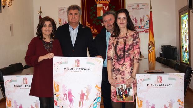 El alcalde Pedro Casas y la concejal Nieves patiño, con los capitanes José Francisco Muñoz y Maximina Organero