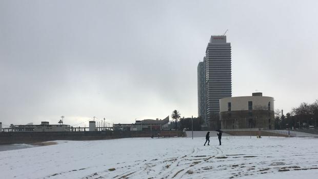 La playa de Barcelona, totalmente nevada