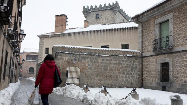 Una mujer observa los carámbanos de hielo que cuelgan de la cornisa de un edificio del centro de Ávila