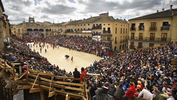 La Plaza Mayor de Ciudad Rodrigo, convertida en coso y completamente llena