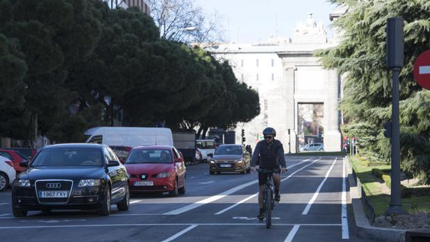 Un joven circula por uno de los nuevos itinerarios ciclistas en Madrid