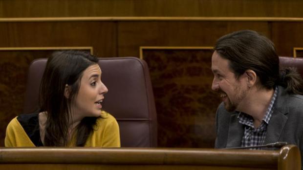 Pablo Iglesias e Irene Montero en sus escaños en el Congreso de los Diputados