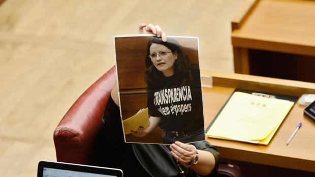 Isabel Bonig muestra una foto de Mónica Oltra en las Cortes Valencianas
