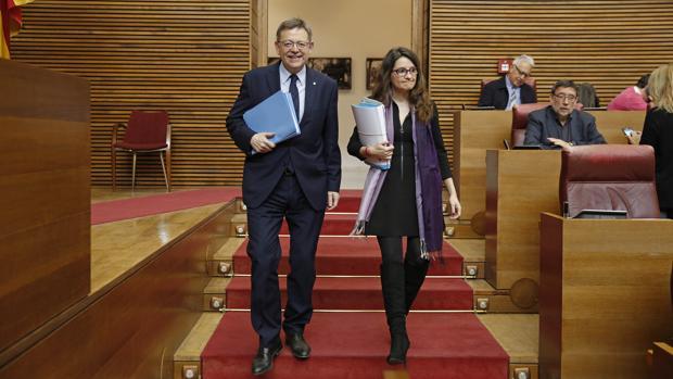 Imagen de Ximo Puig y Mónica Oltra tomada en las Cortes Valencianas