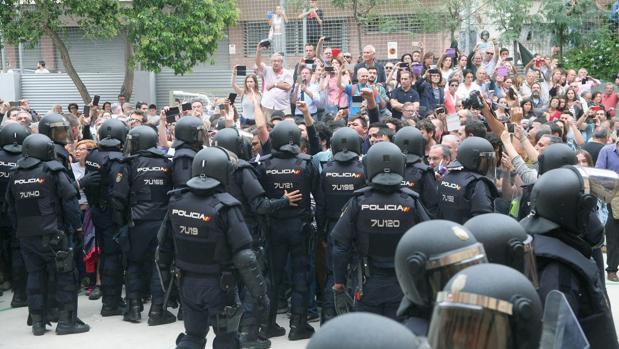 Dispositivo policial frente a un colegio el 1-O