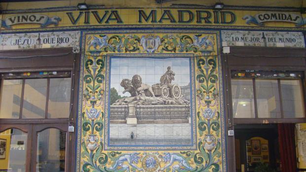 Mural de azulejos de 1920 realizado por la casa sevillana Mensaque