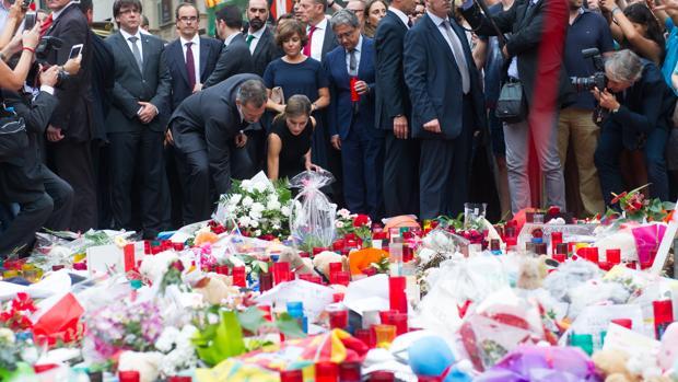 Los reyes Felipe VI y Leticia en la ofrenda floral a las víctimas de los atentados de Barcelona
