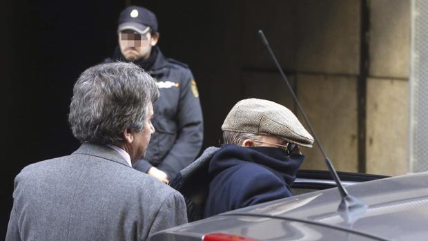 El exinspector Juan Antonio González Pacheco, «Billy el Niño», a la salida de la Audiencia Nacional tras una comparecencia ante el juez Pablo Ruz en diciembre de 2013