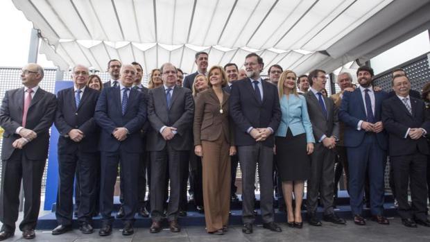 Rajoy, junto a los dirigentes autonómicos del PP, antes de la reunión de hoy