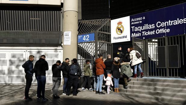 Varias personas hacían cola el sábado para comprar boletos para el partido de Liga