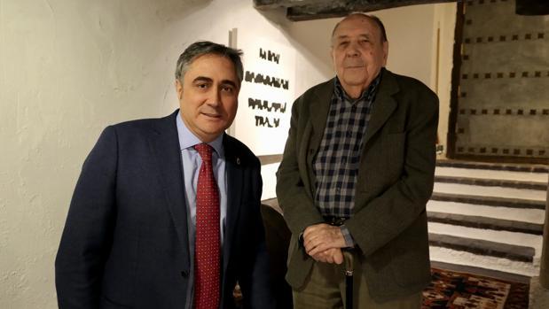 El alcalde de Cuenca, Ángel Mariscal, con el artista Gustavo Torner