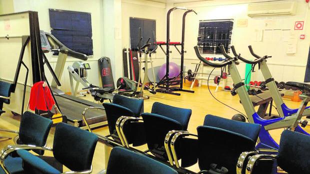 Aparatos de gimnasio arrumbados en la sala de pase de lista