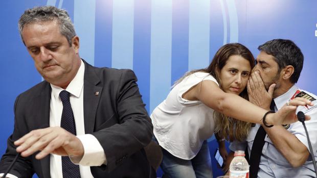 El exconseller de Interior Joaquim Forn con el antiguo Major de los Mossos durante las horas posteriores a los atentados