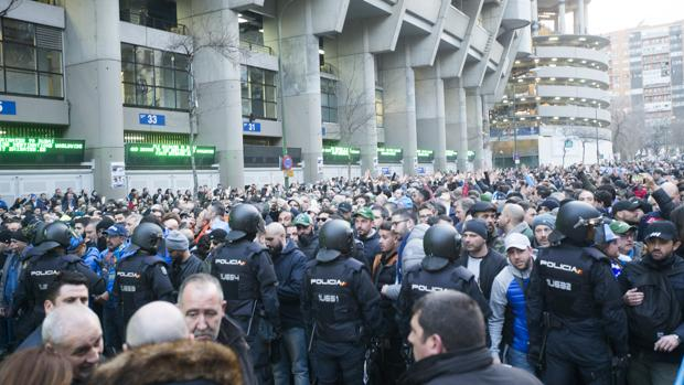 Control policial en el Santiago Bernabéu, durante un partido de Champions League