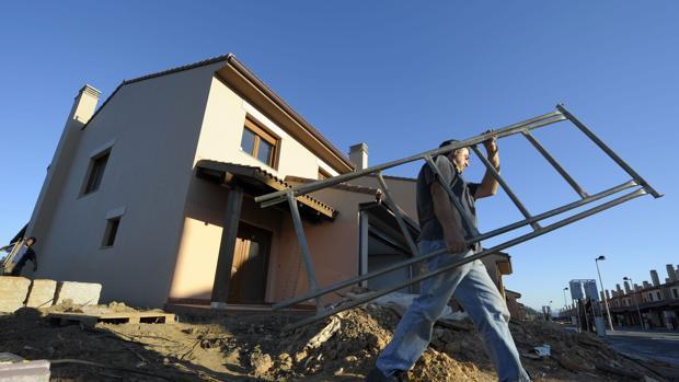 Un operario trabaja en la construcción de nuevas viviendas