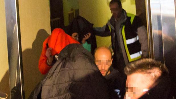 Los tres exjugadores a la salida de la que fuera su casa en Aranda de Duero tras un registro domiciliario