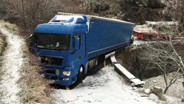 El camión atascado en Laza, este martes por la mañana