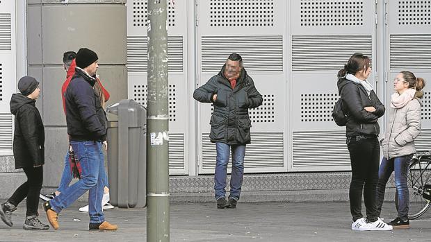 Un reventa trata de captar posibles compradores en los alrededores del Bernabéu