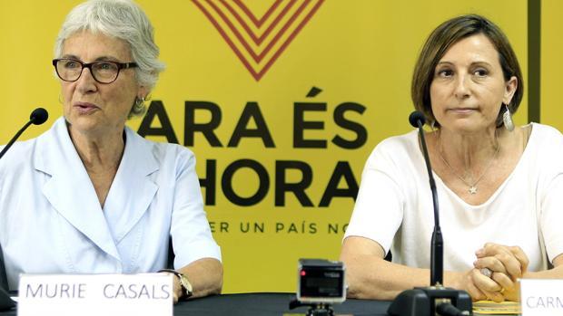 Muriel Casals con la expresidenta del Parlamento de Cataluña Carme Forcadell