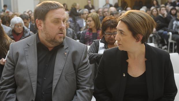 El exvicepresidente de la Generalitat Oriol Junqueras y la alcaldesa de Barcelona Ada Colau