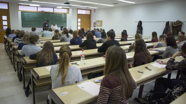 Un grupo de opositores al inicio de un examen en una imagen de archivo