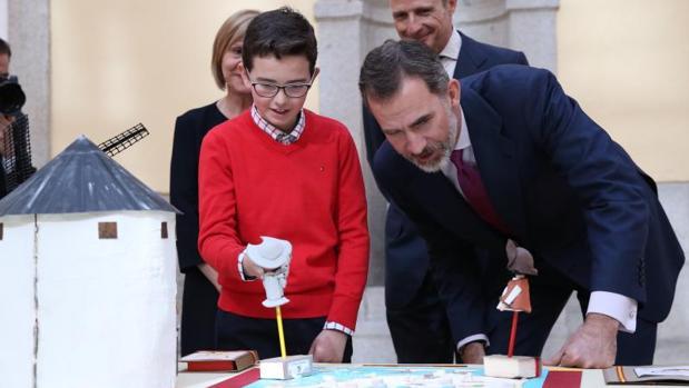 Pablo Peña y Don Felipe observan la maqueta elaborada por este joven conquense