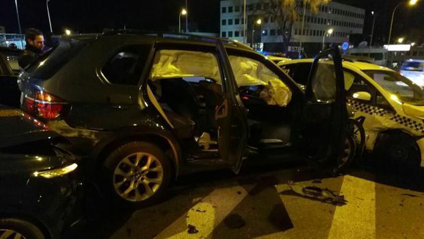 El BMW empotrado contra el coche de la Policía Municipal