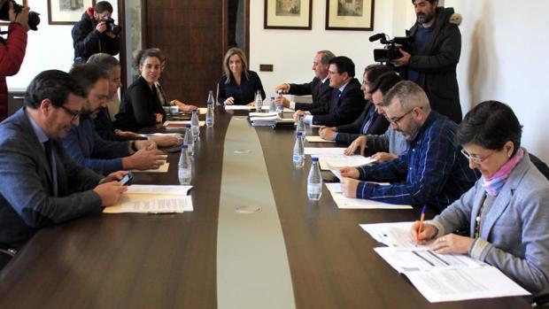Reunión de la alcaldesa de Toledo, Milagros Tolón, con los agentes sociales de la ciudad de Toledo