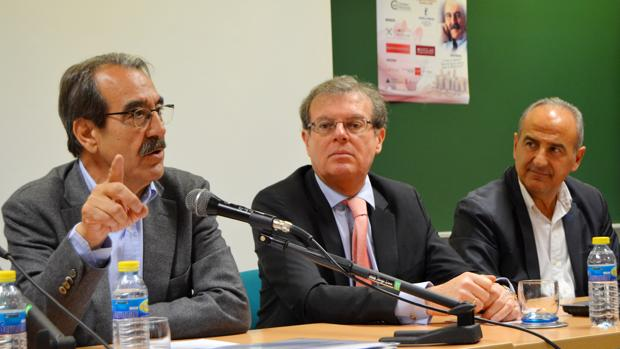 A la izquierda Emilio Ontiveros, presidente del Consejo Social, y en el centro Miguel Ángel Collado, rector de la UCLM