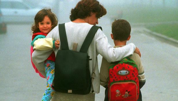 Una madre, junto a sus hijos