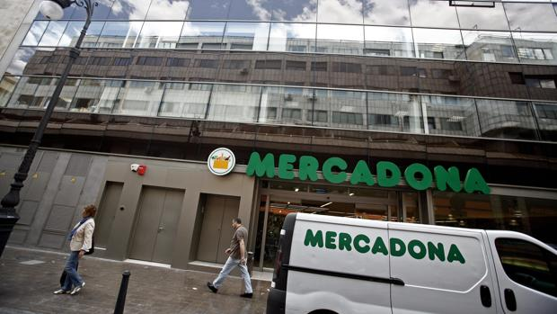Imagen de archivo de una furgoneta de reparto frente a un supermercado de Mercadona en el centro de Valencia