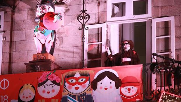 El humorista Carlos Santiago aprovechó el pregón de Carnaval de Santiago de Compostela para dirigir un discurso ofensivo con burlas al Apóstol y a la Virgen