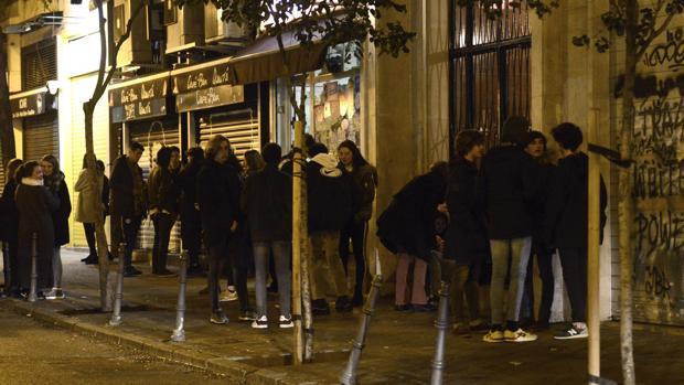 Jóvenes bebiendo en la calle en la zona cercana a Azca