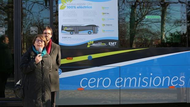 La edil de Medio Ambiente, Inés Sabanés y (detrás), el gerente de la EMT, Álvaro Fernández Heredia