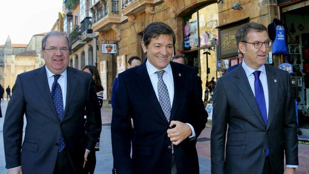 Herrera, Fernández y Feijóo, en el primer encuentro de los gobiernos de Asturias, Galicia y Castilla y León, en 2017
