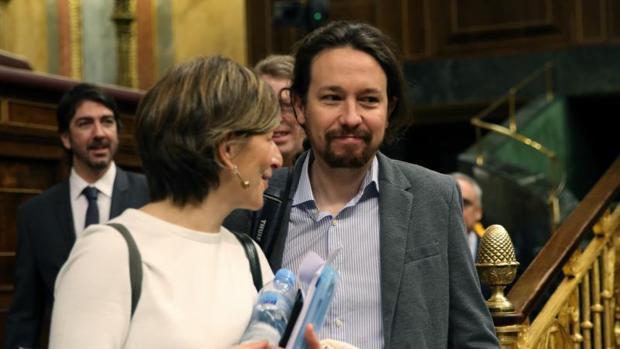 El líder de Podemos, Pablo Iglesias, junto a la diputada de En Marea Yolanda Díaz, en el Congreso
