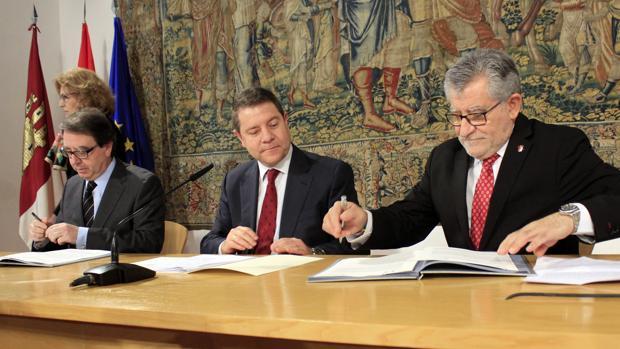 De izquierda a derecha: Fernando Galván, Emiliano García-Page y Ángel Felpeto