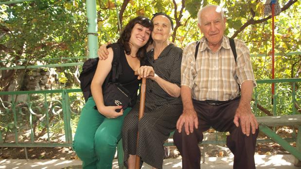 Virginia Mendoza, en una visita a una aldea de Armenia, donde vivió durante años