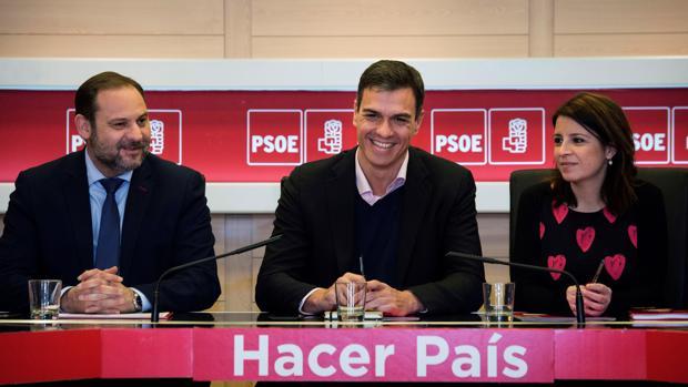 El secretario general del PSOE, Pedro Sánchez, junto a Adriana Lastra y José Luis Ábalos
